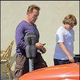 Arnold Schwarzenegger, son fils Christopher et sa Dodge Challenger, s'en vont déjeuner au Babalu restaurant de Brentwood, à Los Angeles, le 20 juin 2009 !