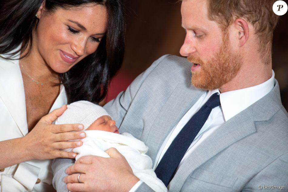 Le prince Harry et Meghan Markle, duc et duchesse de Sussex, présentent leur fils Archie Harrison Mountbatten-Windsor dans le hall St George au château de Windsor le 8 mai 2019. 8 May 2019.
