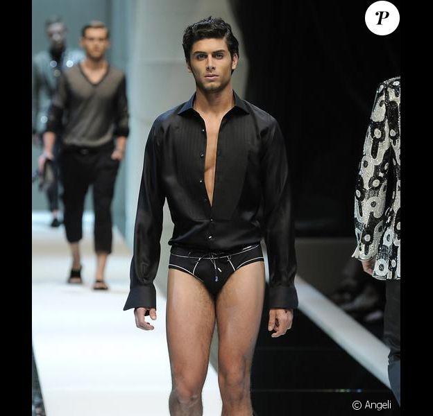 Jesus Luz défile pour la collection Printemps/été hommes Dolce & Gabbana à Milan le 20 juin 2009