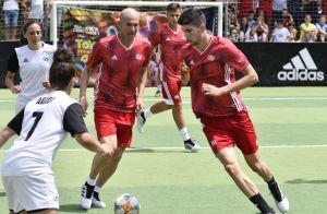 Zinédine Zidane reprend du service avec ses fils, sa femme en spectatrice
