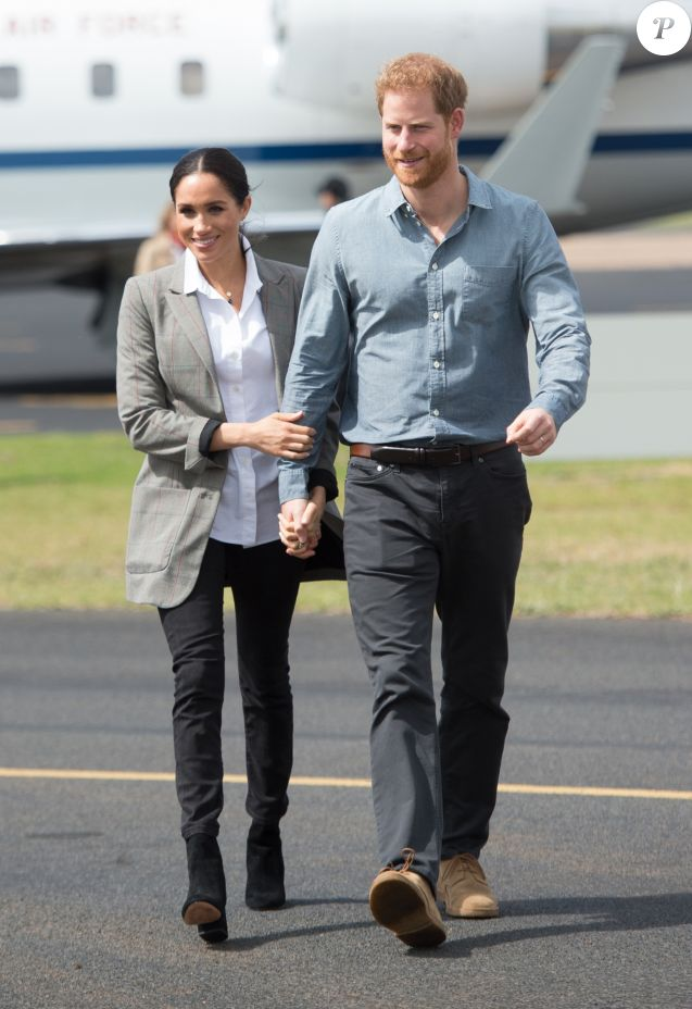 Le prince Harry, duc de Sussex, et Meghan Markle (enceinte), duchesse de Sussex, à leur arrivée à l'aéroport de Dubbo, à l'occasion de leur voyage officiel en Australie. Le 17 octobre 2018