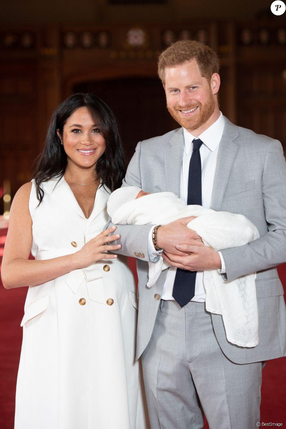 Meghan Markle, duchesse de Sussex, et le prince Harry le 8 mai 2019 lors de la présentation de leur fils Archie Harrison Mountbatten-Windsor dans le hall St George au château de Windsor.