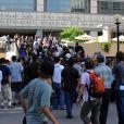 De nombreux fans bouleversés se rassemblent devant l' UCLA Medical Center in Los Angeles,  après le décès brutal de Michael Jackson. 25/06/09