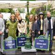 Danièle Thompson avec ses enfants Caroline et Christopher, ses petits-enfants et son compagnon Albert Koski avec le maire de Paris Bertrand Delanoë pour l'inauguration de la place Gérard Oury en 2011 à Paris.