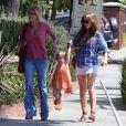 """Isla Fisher se balade avec sa fille Olive. 27/06/09"""