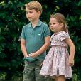 Le prince George de Cambridge et sa soeur la princesse Charlotte de Cambridge s'amusant pendant un match de polo disputé par le prince William à Wokinghan, le 10 juillet 2019.