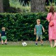 Le prince George de Cambridge et son frère le prince Louis de Cambridge s'amusant sous l'oeil de la duchesse Catherine pendant un match de polo disputé par le prince William à Wokinghan, le 10 juillet 2019.