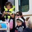 Le prince George de Cambridge (Grimace), la princesse Charlotte - Les enfants du duc et de la duchesse de Cambridge regardent d'un bateau la régate King's Cup le 8 août 2019.