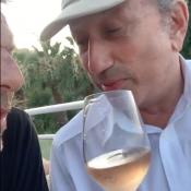 Michel Drucker, rosé à la main : pompette, il imite Johnny Hallyday