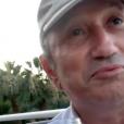 Michel Drucker boit un coup (ou plusieurs) avec Jean-Luc Reichmann en vacances.