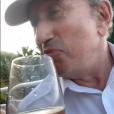 Jean-Luc Riechmann et Michel Drucker boivent un verre (ou plusieurs) de rosé en vacances.