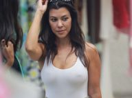 Kourtney Kardashian : Haut blanc sans soutien-gorge, la bombe se détend