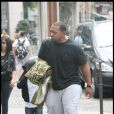 Timbaland en famille à Paris, le 3 juillet 2009. Son fils Frankie essaye de passer incognito....