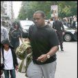 Timbaland en famille à Paris, le 3 juillet 2009. Ici avec son fils frankie qui se cache sous sa capuche !