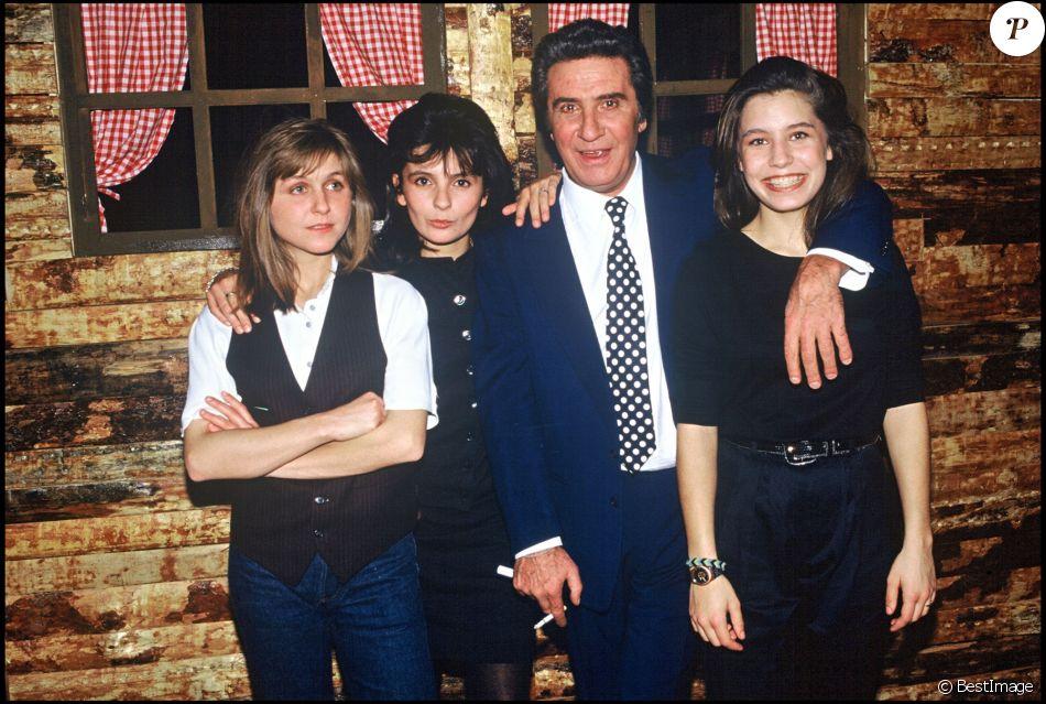 ARCHIVES - Gilbert Bécaud et ses filles Annes, Jennifer et Emily, 1990.