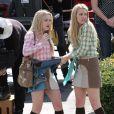 Dakota Fanning et Riley Keough sur le tournage de The Runaways à Reseda en Californie le 21 juin 2009