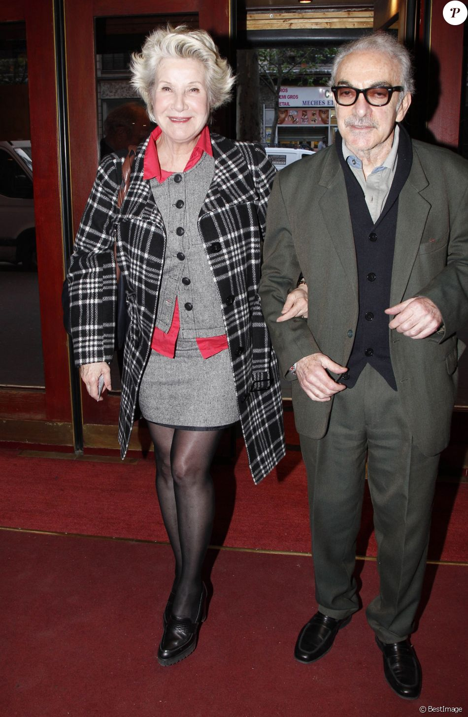 Danièle Gilbert et son compagnon Patrick Semana au théâtre à Paris, le 3 avril 2012.