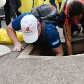 Albert de Monaco, poubelle en main et jusque dans les égouts, traque les déchets