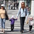 Marcia Croos se promène avec ses jumelles à Brentwood (9 juillet 2009)