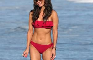 La jolie Ali Landry, un bikini rouge, sa fille, une plage et la mer... le paradis sur terre !