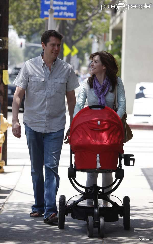 Alyson Hannigan et son mari Alexis Denisof promènent leur bébé dans les rues de Beverly Hills
