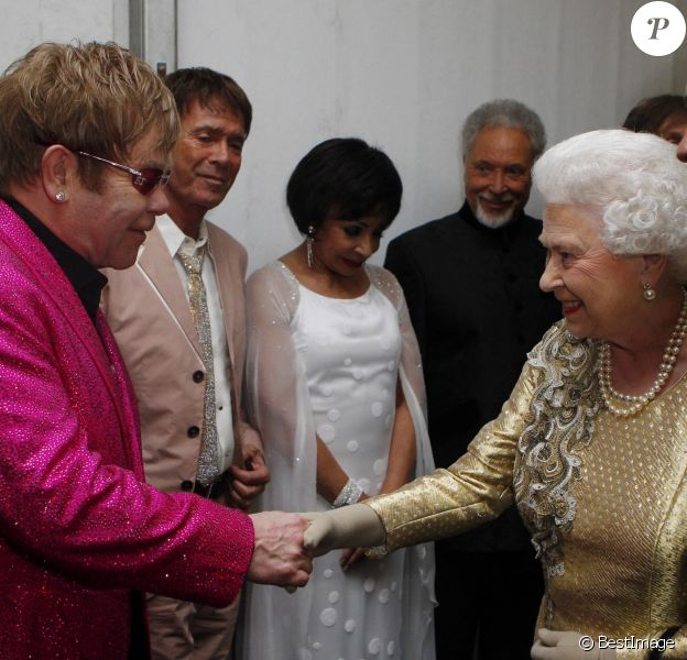 Elizabeth II, Elton John, Cliff Richards, Shirley Bassey, Tom Jones et Paul McCartney au jubilé de diamant de la reine à Londres en 2012.