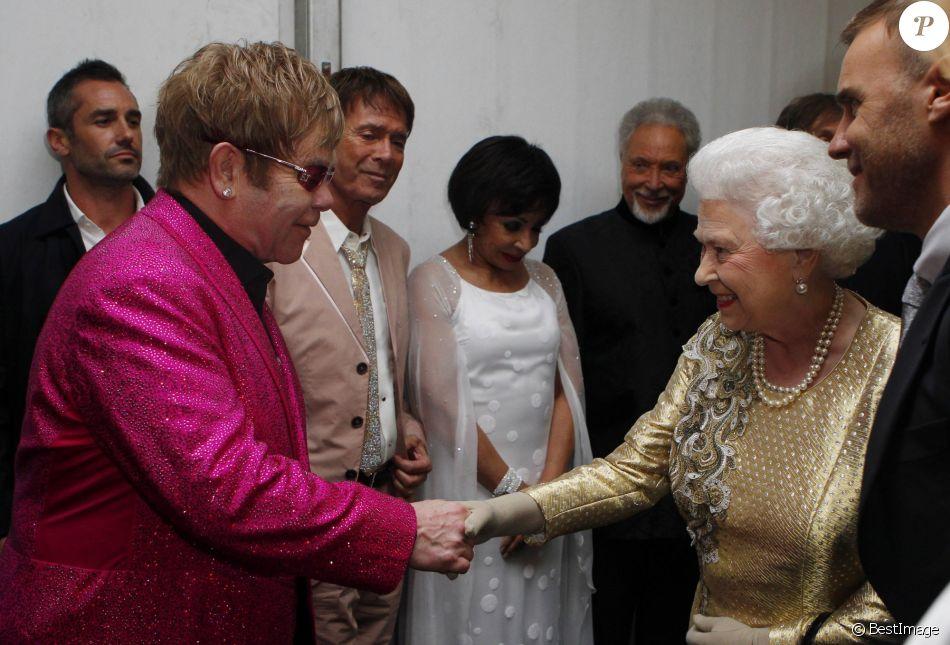 Elizabeth II, Elton John, Cliff Richards, Shirley Bassey, Tom Jones et Paul McCartney au jubilé de diamant de la reine à Londres en 2012.