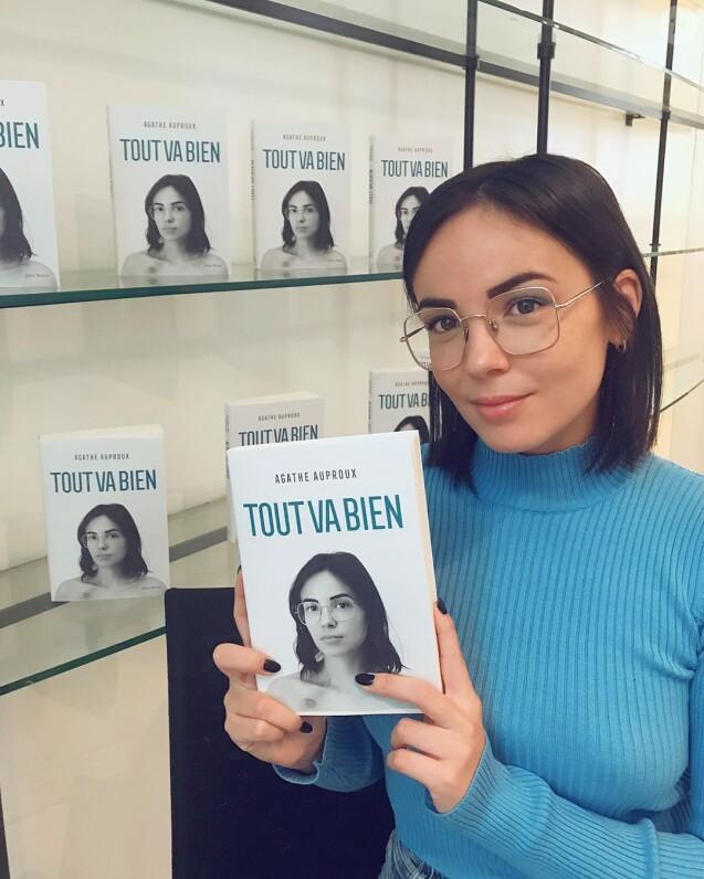 """Agathe Auproux pose avec son livre """"Tout va bien"""", sur Instagram, le 10 octobre 2019"""