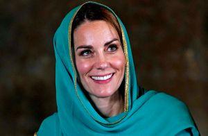 Kate Middleton en chaussettes, mais souveraine, pour visiter la mosquée Badshahi