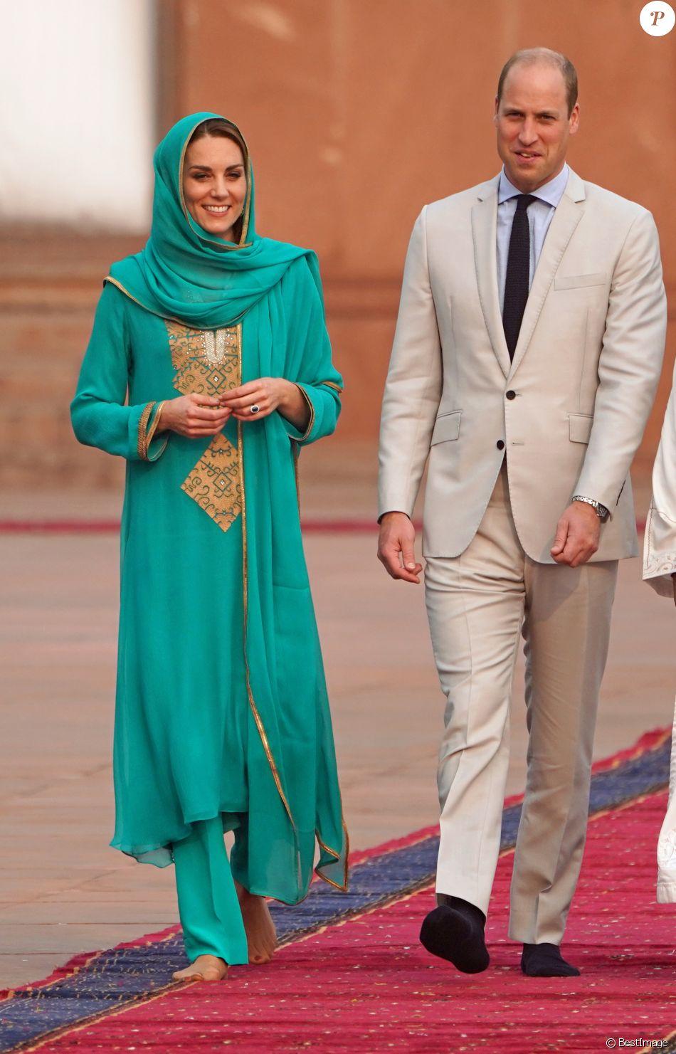 Le prince William, duc de Cambridge, et Catherine (Kate) Middleton, duchesse de Cambridge visitent la Mosquée Badshahi à Lahore au Pakistan , le 17 octobre 2019.