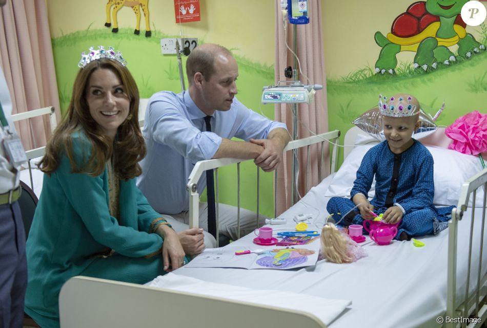 Le prince William, duc de Cambridge, et Catherine Kate Middleton, duchesse de Cambridge, au chevet d'un enfant de 7 ans malade du cancer à l'hôpital Shaukat Khanum Memorial à Lahore, Pakistan le 17 octobre 2019.
