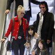 Johnny Hallyday, sa femme Laeticia, leurs filles Jade et Joy, accompagnés de leur chien, de la grand-mère de Laeticia, Elyette, et de Robin Le Mesurier, arrivent à l'aéroport de Roissy à Paris. Le chanteur revient en France pour faire la promotion de son nouvel album, mais aussi pour monter sur scène pour son concert avec les vieilles canailles en novembre. Le 15 octobre 2014.