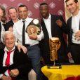 Jean-Paul Belmondo reçoit un Gant d'Or d'Honneur lors de la cérémonie des Gants d'Or à Bruxelles le 18 octobre 2019. De nombreux champions sont venu honorer l'acteur. Jean-Paul Belmondo reste souriant malgré une blessure à la jambe droite qui est plâtrée.