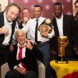 Jean-Pierre Coopman (ancien champion d'Europe des lourds qui a affronté Mohamed Ali en 1976) - Jean-Paul Belmondo reçoit un Gant d'Or d'Honneur lors de la cérémonie des Gants d'Or à Bruxelles le 18 octobre 2019. De nombreux champions sont venu honorer l'acteur. Jean-Paul Belmondo reste souriant malgré une blessure à la jambe droite qui est plâtrée.