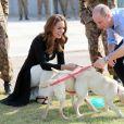 Kate Middleton et le prince William visitent un centre militaire de formation canine en compagnie des labradors Salto et Sky. Le Royaume-Uni apporte son soutien à ce programme de formation de chiens à l'identification d'explosifs. Islamabad, le 18 octobre 2019.