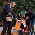 Le Président des Etats-Unis Donald Trump et sa femme Melania Trump donnent des bonbons aux enfants pour Halloween à la Maison Blanche à Washington, le 28 octobre 2019.