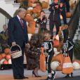 Donald Trump et sa femme Melania Trump offrent des bonbons aux enfants pour Halloween à la Maison Blanche à Washington, le 28 octobre 2019.