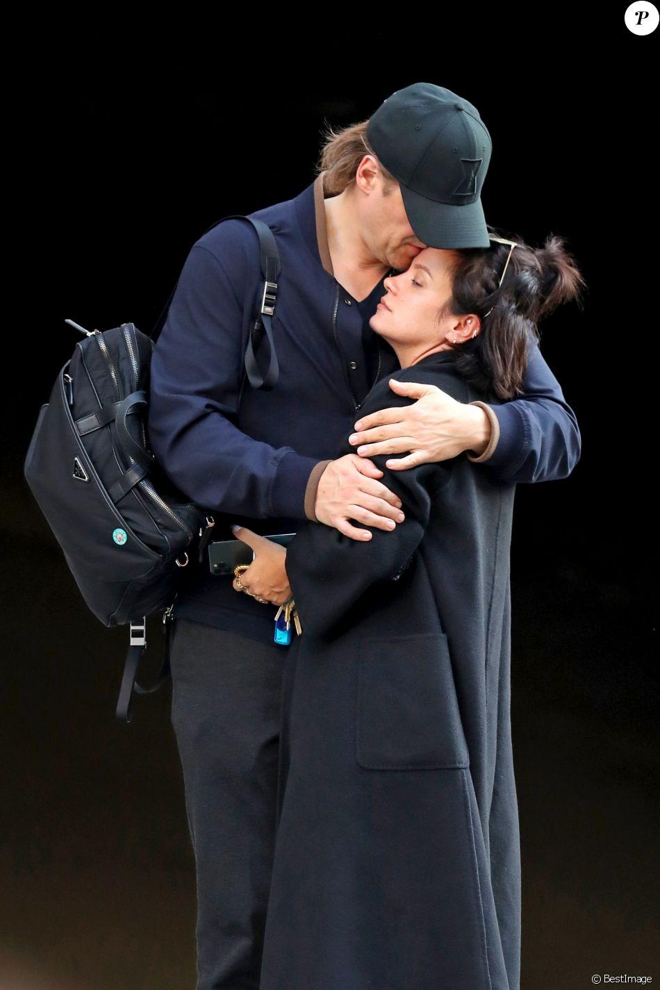 Exclusif - Lily Allen se blottit tendrement dans les bras de son compagnon David Harbour dans la rue à New York le 14 octobre 2019.