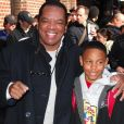 L'acteur John Witherspoon, connu notamment pour son rôle de 'Pops' dans la sitcom Les Frères Wayans, avec son fils Alexander en juin 2008 lors de l'enregistrement du Late Show de David Letterman, parrain d'Alexander et son frère JD. John Witherspoon est mort à 77 ans le 31 octobre 2019.