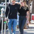 Exclusif Miley Cyrus et son compagnon Cody Simpson se baladent main dans la main dans les rues de Los Angeles. Le couple est allé déjeuner en amoureux. Le 25 octobre 2019