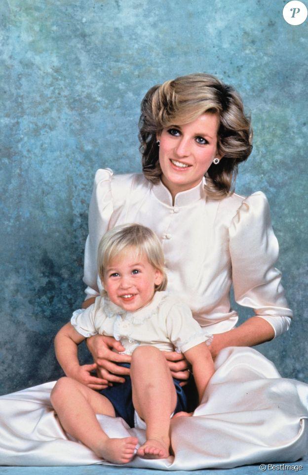 Lady Diana (avec ses boucles d'oreilles en saphirs et diamants) et son fils le prince William en 1984.