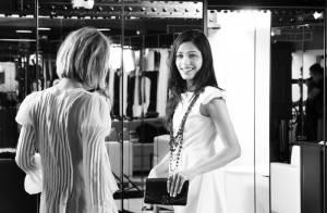 La superbe Freida Pinto lève le voile sur l'une de ses journées glamour... Regardez...
