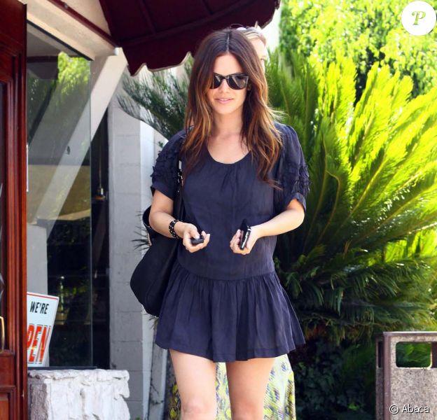 Rachel Bilson nous montre ses jolies gambettes à la sortie d'un déjeuner avec une amie à Los Feliz le 22 juillet 2009