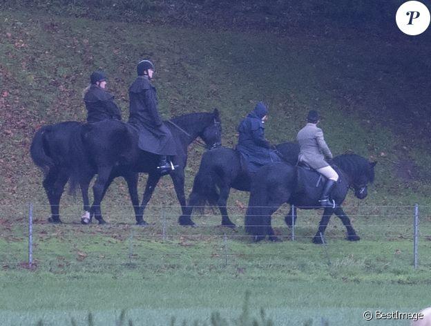 Le prince Andrew, duc d'York fait une randonnée à cheval avec sa mère, la reine Elisabeth II d'Angleterre dans le parc de Windsor le 22 novembre 2019.