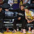 """David Beckham et son fils Romeo assistent au match de NBA """"Lakers vs Charlotte Hornets"""" à Los Angeles, le 27 octobre 2019."""