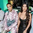 Kim et Kourtney Kardashian assistent au défilé Dior, collection homme automne-hiver 2020, au Musée Rubell. Miami, le 3 décembre 2019.