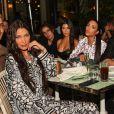 Bella Hadid, Kourtney Kardashian, Kim Kardashian, Jonathan Cheban et David Grutman au restaurant Swan à Miami, le 3 décembre 2019.