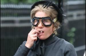 Emma Thompson retire ses dents... dans la rue de Londres ! Oui c'est vrai... Regardez !