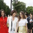 """Inès de la Fressange et ses filles Violette et Nine - Arrivées au défilé de mode Haute-Couture automne-hiver 2016/2017 """"Chanel"""" à Paris. Le 5 juillet 2016."""