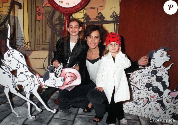 Inès de la Fressange et ses filles Nine et Violette à Paris en 2002.